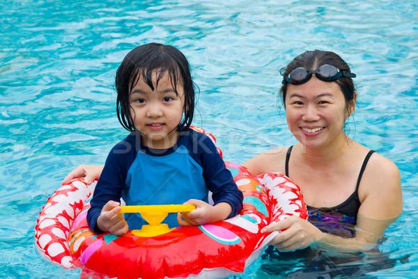 Asian famiglia nuotare tubo giocare piscina Foto d'archivio © yongtick