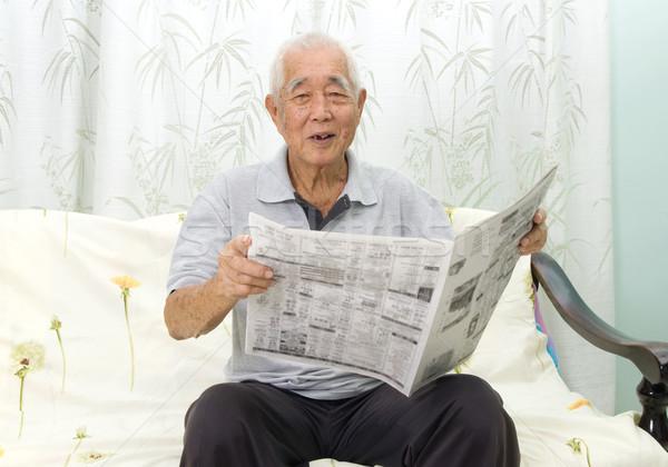 Senior homem retrato chinês leitura jornal Foto stock © yongtick