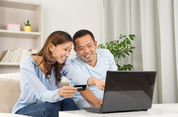 Compras on-line asiático casal usando laptop sorrir amor Foto stock © yongtick