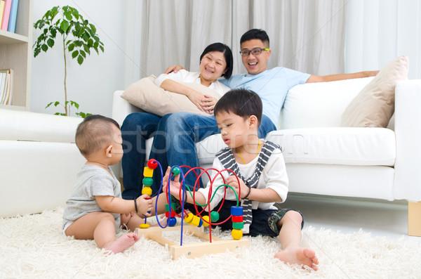 Asian familie spelen speelgoed man gelukkig Stockfoto © yongtick