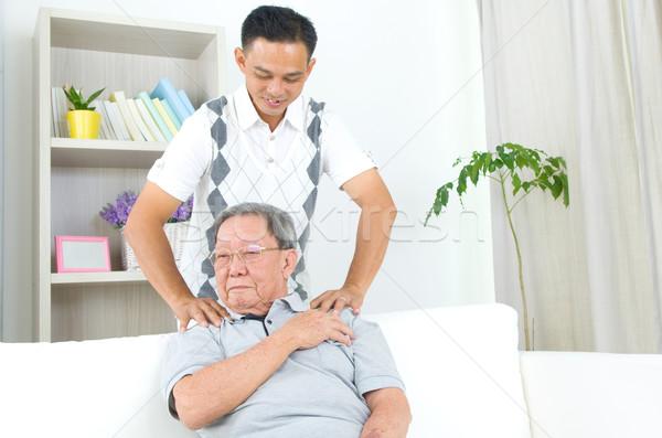 ストックフォト: アジア · 家族 · 歳の男性 · 肩の痛み · 座って · ソファ