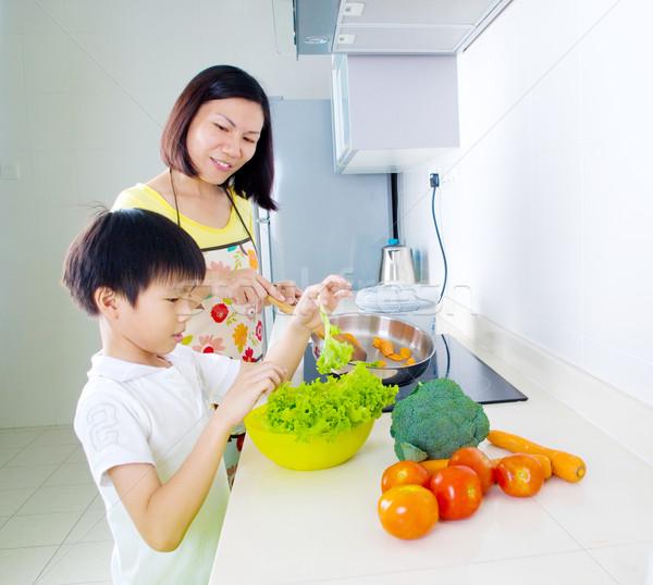 Cozinhar asiático mãe filho cozinha casa Foto stock © yongtick