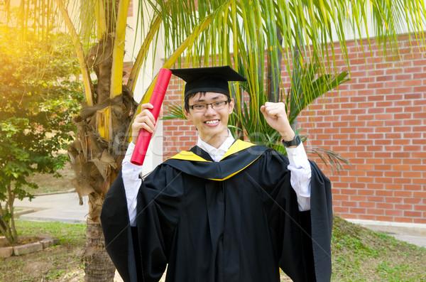 Asian universiteit afgestudeerde vrolijk man school Stockfoto © yongtick