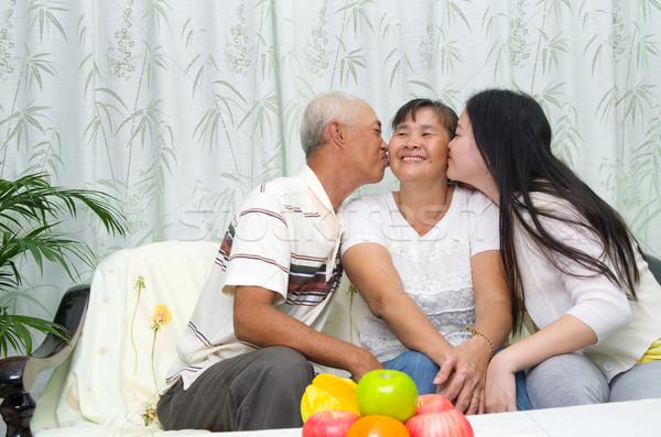 Asia familia retrato mujer beso Foto stock © yongtick
