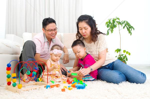 Asiático família jogar brinquedos homem feliz Foto stock © yongtick