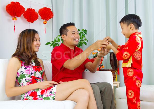 Asian familie jongen presenteren thee vader Stockfoto © yongtick