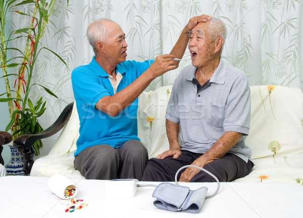Asiático família homem corpo temperatura digital Foto stock © yongtick