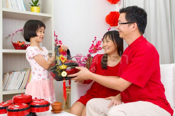 ストックフォト: アジア · 家族 · 少女 · ギフトバスケット · 両親