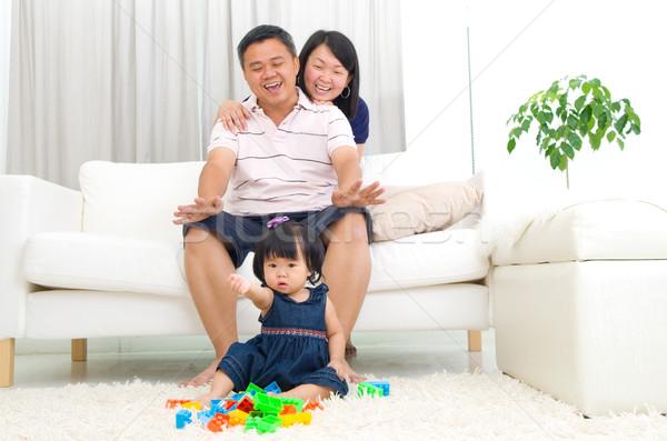 Asian famiglia giocare giocattoli uomo felice Foto d'archivio © yongtick