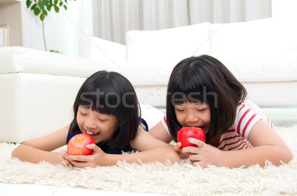 Asiático crianças meninas alimentação maçã sorrir Foto stock © yongtick