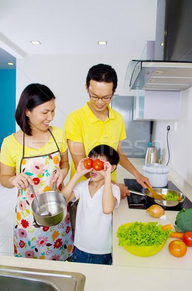 Cozinhar asiático família cozinha feliz criança Foto stock © yongtick