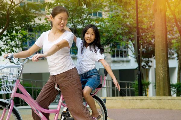 Asian familie moeder dochter fietsen fiets Stockfoto © yongtick