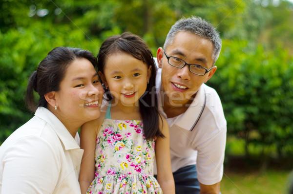 Asiático família ao ar livre retrato sorrir feliz Foto stock © yongtick