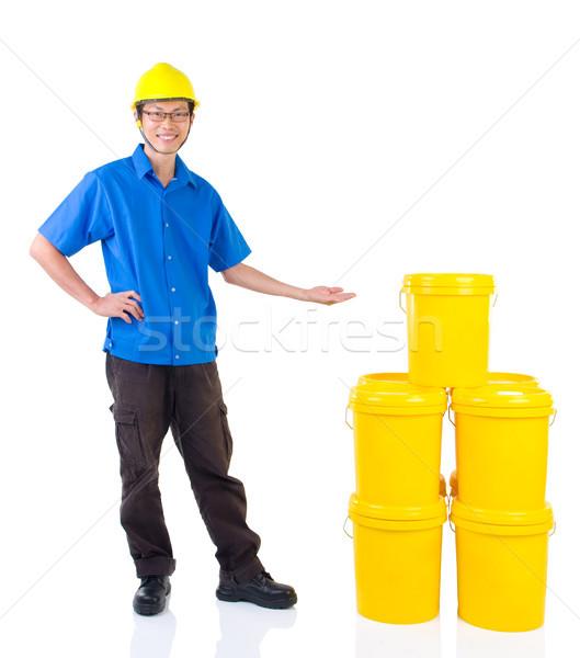 Industriële smeermiddel olieverf pak veiligheidshelm wijzend Stockfoto © yongtick
