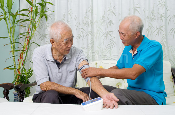 Médico asiático homem pressão arterial saúde Foto stock © yongtick