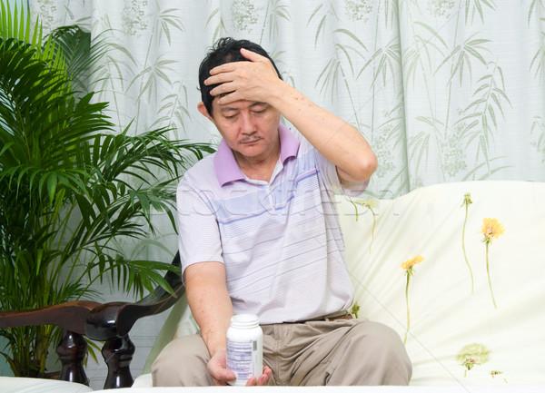 Asian uomo pillole droga dolore Foto d'archivio © yongtick
