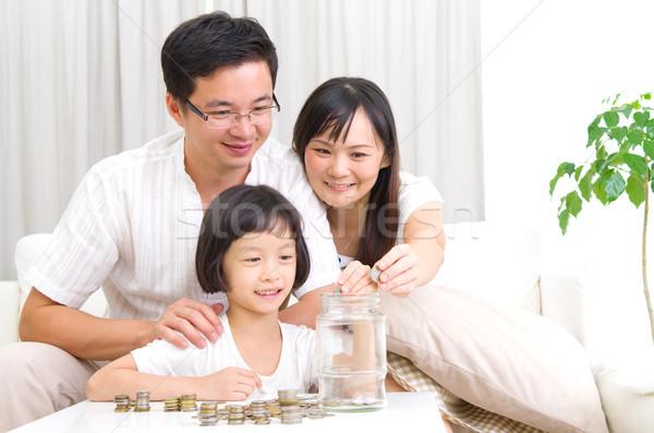 Geld besparing asian moeder kid munten Stockfoto © yongtick