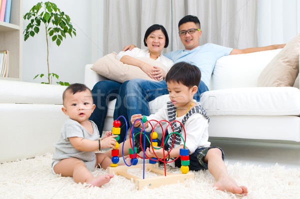 Asia familia jugando juguetes hombre feliz Foto stock © yongtick
