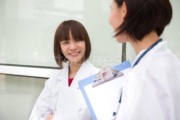 Kínai női orvostanhallgató megbeszélés papír nők Stock fotó © yuliang11