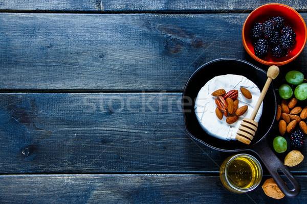 Camembert pequeño pan miel Foto stock © YuliyaGontar
