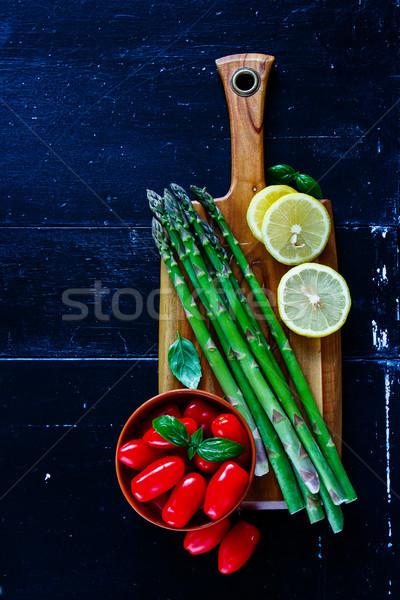 Verde asparagi preparazione legno tagliere basilico Foto d'archivio © YuliyaGontar