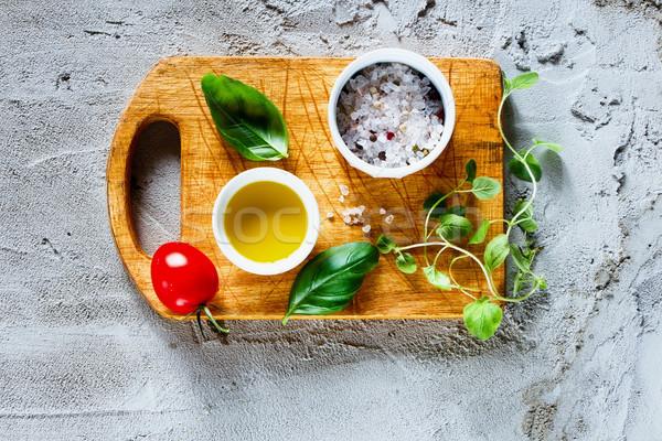 Włoskie jedzenie gotowania składniki pomidorki świeże bazylia Zdjęcia stock © YuliyaGontar