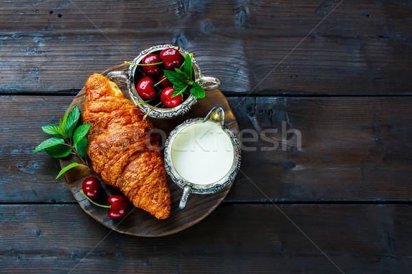 Kruvasan kiraz kahvaltı taze süt Stok fotoğraf © YuliyaGontar