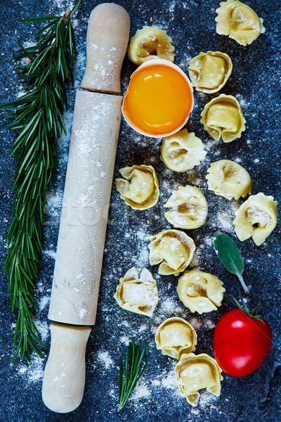 Házi készítésű nyers tortellini olasz tészta paradicsom Stock fotó © YuliyaGontar