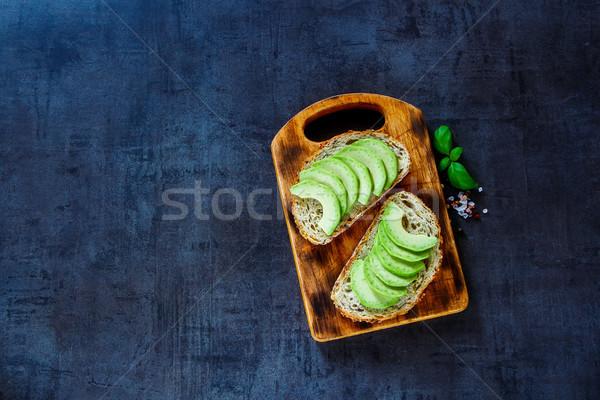 Delicioso aguacate bruschetta saludable almuerzo Foto stock © YuliyaGontar