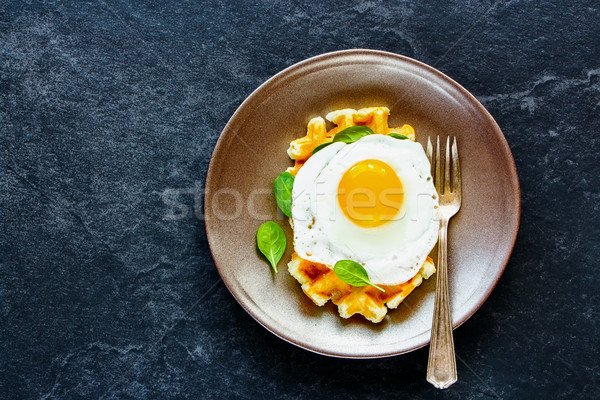 Ovo frito segurelha quente prato delicioso saudável Foto stock © YuliyaGontar
