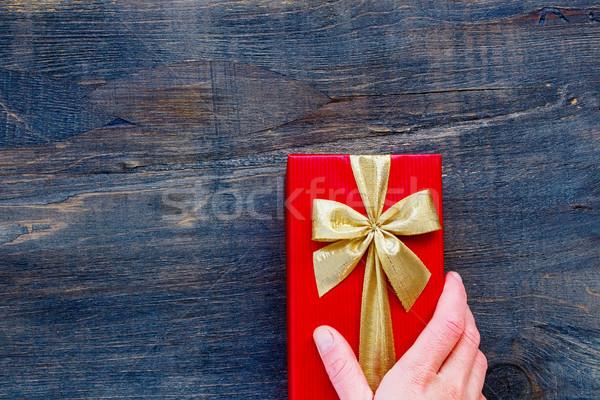 Vintage geschenkdoos vrouw hand Rood houten Stockfoto © YuliyaGontar