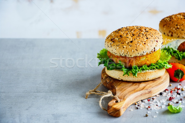 Egészséges hamburger sárgarépa teljes kiőrlésű fa deszka kő Stock fotó © YuliyaGontar