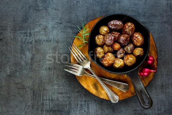 Frito bebé patatas vintage hierro fundido pan Foto stock © YuliyaGontar