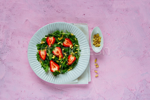 Frescos fresa ensalada placa pino nueces Foto stock © YuliyaGontar