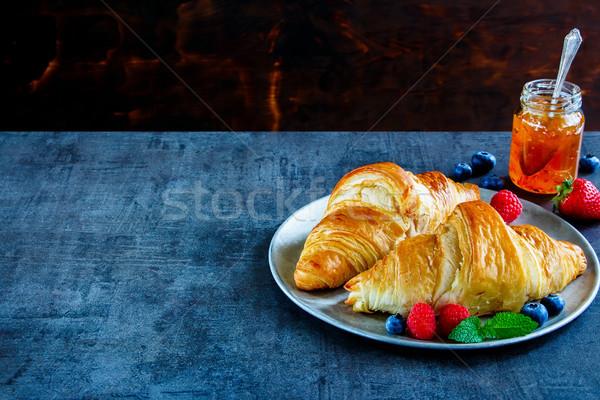 Heerlijk ontbijt ingesteld vers gebakken croissants Stockfoto © YuliyaGontar
