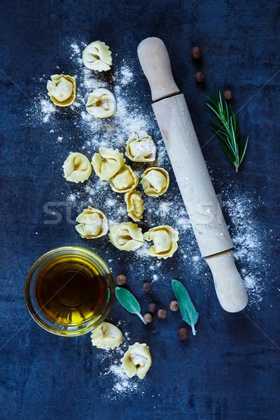 Casero crudo tortellini italiano pasta harina Foto stock © YuliyaGontar