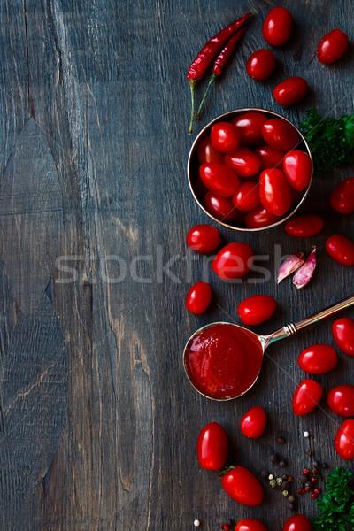 Molho de tomate topo ver tomates temperos madeira Foto stock © YuliyaGontar