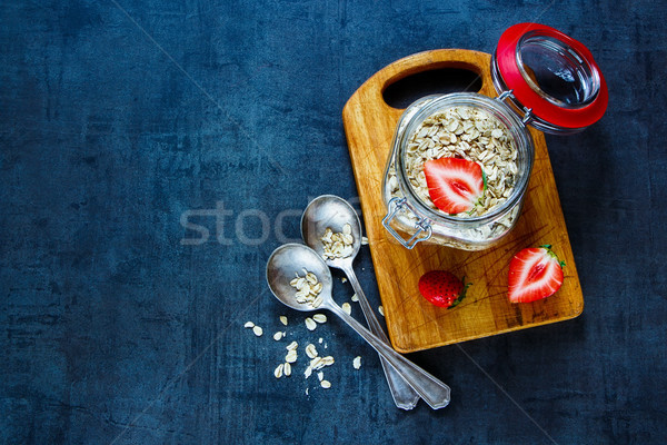 Hafer Flocken frischen Erdbeeren Frühstück dunkel Stock foto © YuliyaGontar