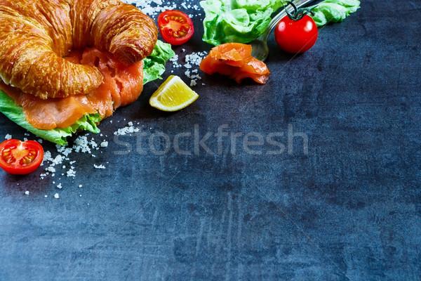 サンドイッチ クロワッサン 新鮮な野菜 暗い ストックフォト © YuliyaGontar