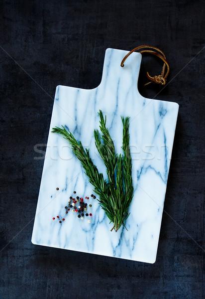 Deska do krojenia świeże rozmaryn marmuru gotowania zdrowe odżywianie Zdjęcia stock © YuliyaGontar