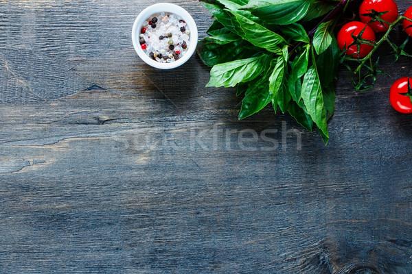 Vegetáriánus étel főzés friss paradicsomok thai bazsalikom Stock fotó © YuliyaGontar