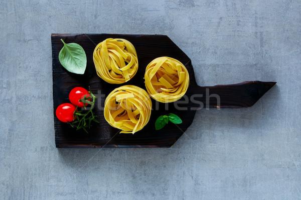 Italiaans pasta tagliatelle tomaten basilicum donkere Stockfoto © YuliyaGontar