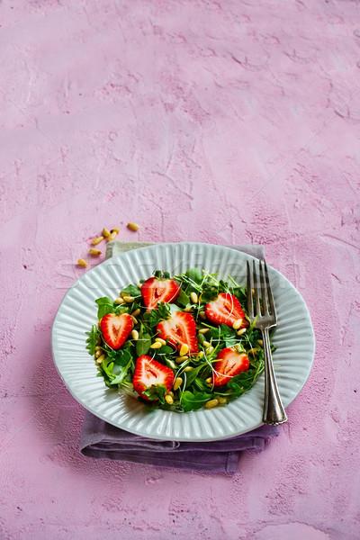 świeże truskawki Sałatka biały tablicy sosny Zdjęcia stock © YuliyaGontar