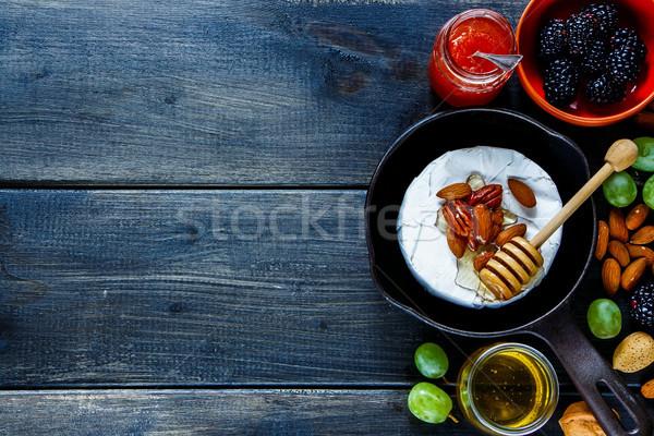 Camembert superior vista pequeño pan Foto stock © YuliyaGontar