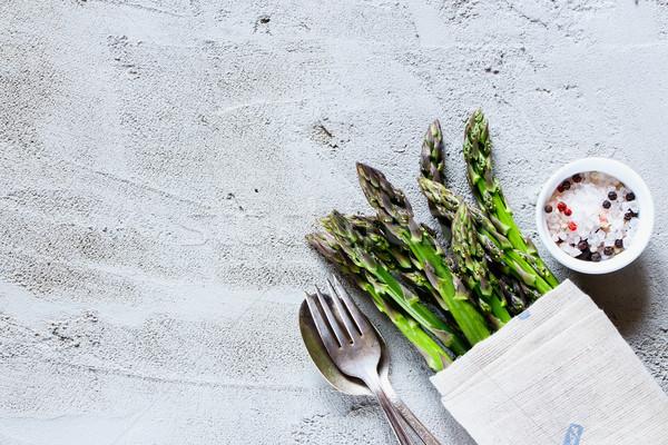 Zielone świeże szparagów surowy organiczny serwowane Zdjęcia stock © YuliyaGontar