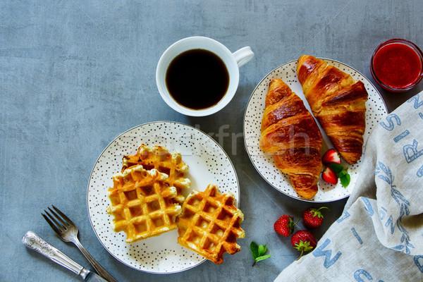 Kahvaltı kruvasan tablo taze hizmet Stok fotoğraf © YuliyaGontar