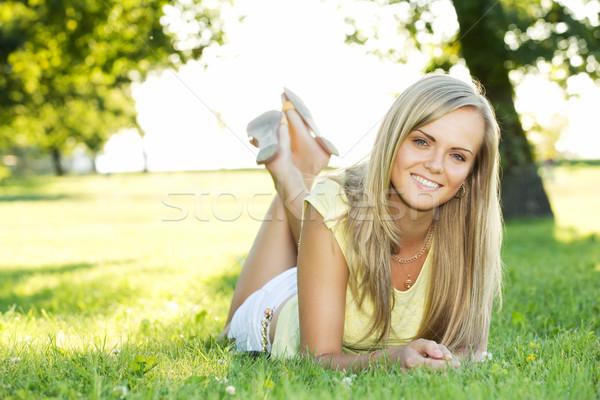 Jonge vrouw park portret jonge glimlachende vrouw zomer Stockfoto © yurok