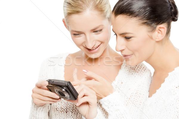 Twee jonge vrouwen kijken foto's digitale camera geïsoleerd Stockfoto © yurok