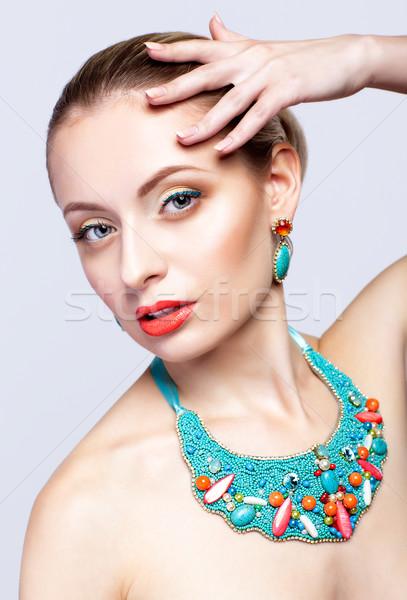 Gyönyörű szőke nő csecsebecsék szürke nő modell Stock fotó © zastavkin