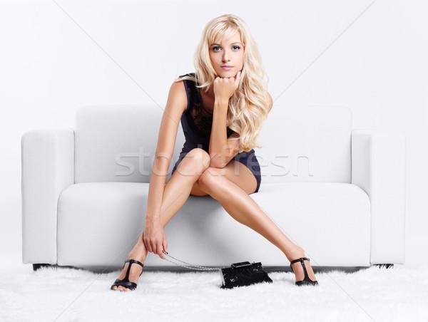 Blond meisje sofa portret mooie jonge Stockfoto © zastavkin